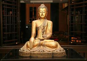 estátua de Buda dourado sentado foto