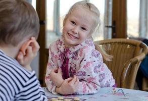 linda menina jogando um jogo de damas