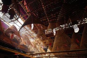 incenso no templo chinês foto