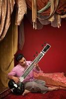 jovem músico de cítara foto