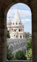 torres do castelo de budapeste através da janela de cabeça redonda foto