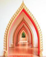 passagem na porta do templo e arco
