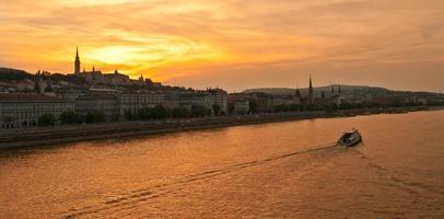 Igreja de Matias e o bastião dos pescadores ao pôr do sol em Budapeste