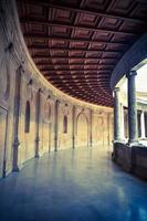 corredor antigo e telhado de madeira foto