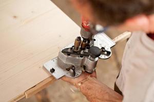 carpinteiro colocando um gabarito e piercing