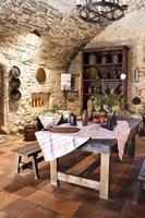cozinha antiga, de estilo rústico, com mesa e cadeiras foto