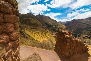 terraços e paredes inca em pisac, vale sagrado, peru
