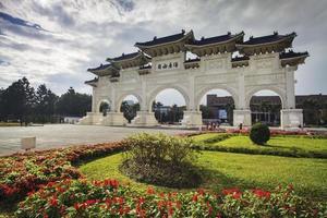 arcos na praça da liberdade em taipei, taiwan foto
