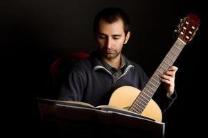 guitarrista no estúdio foto