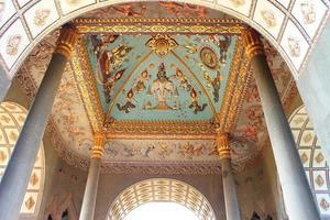 mural de teto do monumento do arco patuxai em vientiane, laos foto