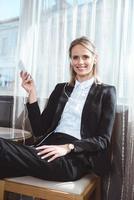 empresária usando smartphone no quarto de hotel