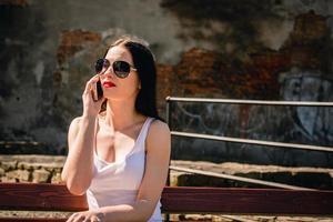 mulher espontânea atraente falando ao telefone. foto
