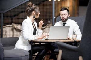 casal de negócios no café