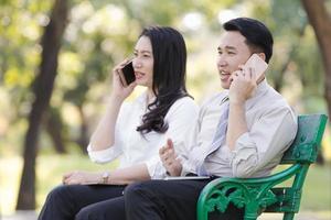 mulher e dois homens de negócios asiáticos trabalham relaxamento foto