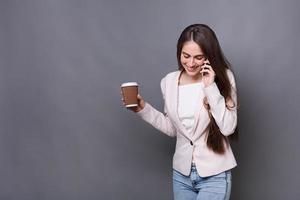 mulher de negócios moderna feliz usando seu telefone celular foto