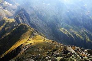 vale da geleira nos Alpes da Transilvânia