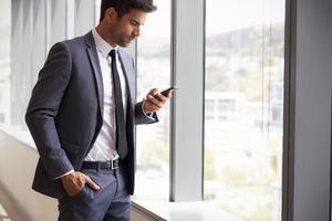 empresário, verificando mensagens no celular foto