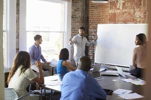 empresário na lousa na reunião de brainstorming foto