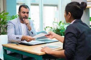 equipe de marketing ocupada discutindo estratégia