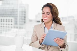 linda empresária feliz usando tablet foto