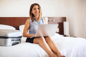 bonita empresária trabalhando em um laptop foto