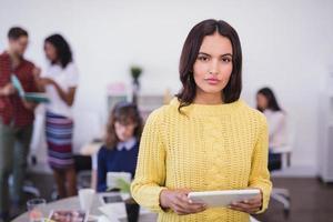 retrato de mulher de negócios com computador tablet