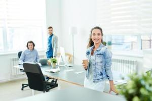 feliz feminino elegante startup foto