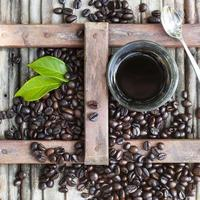 café preto com grãos torrados na hora. estilo vietnamita. foto
