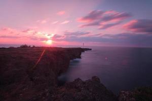 belo pôr do sol no penhasco de zanpa, okinawa, japão