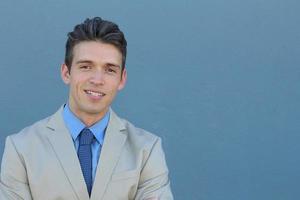 homem de negócios jovem bonito e sorridente foto