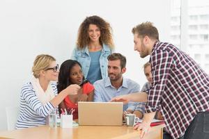 equipe de jovens designers, tendo uma reunião foto