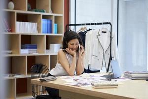 mídia feminina criativa usando smartphone no escritório, close-up foto