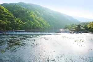 Quioto, Japão. arashiyama. da ponte de togetsukyo. foto