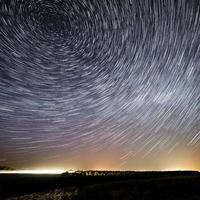 céu estrelado da noite para o fundo. foto