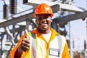 eletricista africana com o polegar para cima