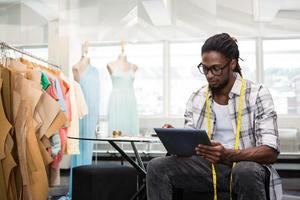designer de moda usando tablet digital foto