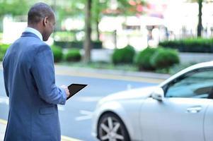 vista traseira, de, homem africano, segurando, tablete foto