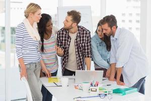 equipe focada de designers tendo uma reunião foto