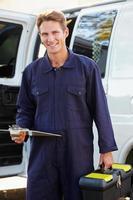 um retrato de um reparador na frente de uma van