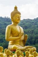 estátua de ouro do santo budista foto