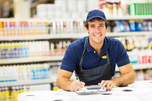 trabalhador masculino da loja de ferragens foto