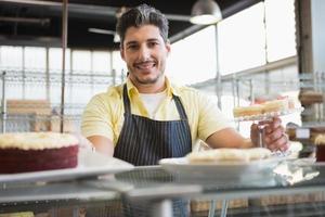 trabalhador atraente em avental posando
