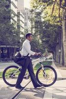 empresário moderno usando bicicleta para transporte foto