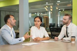 pessoas de negócios, conhecer e trabalhar na mesa no escritório foto