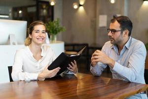 dois colegas durante reunião corporativa foto