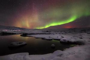 aurora mista dançando sobre a lagoa de jokulsarlon, islândia