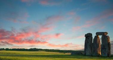 stonehenge contra o céu azul roxo, wiltshire, inglaterra