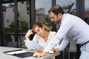 especialistas em negócios, verificação de documentos durante as férias foto