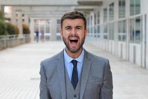 empresário gritando no espaço de escritório foto