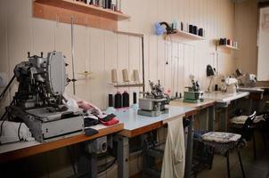 trabalhos e equipamentos vazios na oficina de costura. visão geral foto